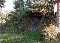 Hier z.B. ist ein Erdkeller platziert in einen Naturhang.