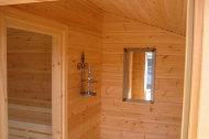 Saunavorraum mit Fenster.