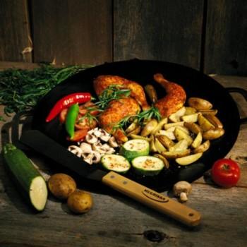 Die Grillpfannen werden in Finnland hergestellt und sind je nach Größe aus 3- 5mm starkem heißgewalztem gewölbtem Stahlblech.