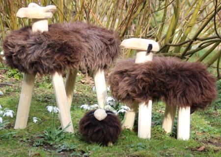 Handgefertigte Holzschafe mit echtem Schafsfell